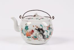 Teekanne. China, Ende 19. Jh. Porzellan mit Drahthenkel. Farbige Emailbemalung. H: 10 cm. Dec