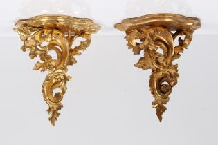 Paar Wandkonsolen. Italien, 20. Jh. Holz geschnitzt und vergoldet. H: 22 x 20 cm.