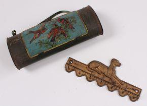 Brotzeitdose. Nach 1900. Blech, Vogeldekor. Dazu Garderobenleiste. L: bis 26,5 cm.