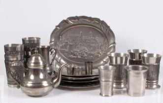Konvolut. Zinn. 20. Jh. 22 Teile. 14 Becher, fünf Teller, Vase, Teekanne und eine Platte. Te