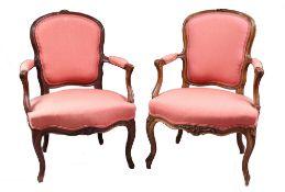 Zwei Fauteuils. Frankreich, 18. Jh. Nussbaum. Geschweifter, profilierter Sitzrahmen mit gesch