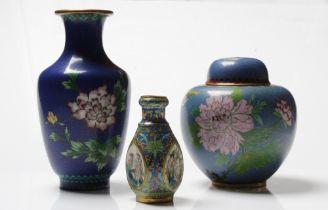Drei Cloisonné Vasen. China. Farbiger Emaildekor. Verschiedene Größen. H: bis 20,5 cm.
