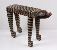 Hocker. 20. Jh. Holz. In Form einer Katze, farbig bemalt. H: 38 x 51 cm.