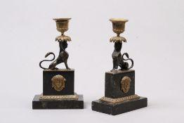 Paar Kerzenleuchter. Frankreich, 2. H. 19. Jh. Rechteckiger Marmorsockel mit sitzenden Sphing