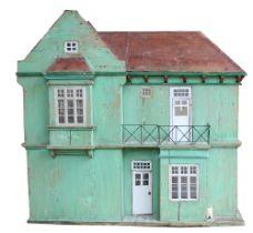 Großes Puppenhaus. Um 1900. Landhaus. Weichholz grün lasiert. Sechs verschieden große Räu