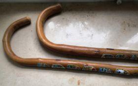 Zwei Wander-Spazierstöcke. Bugholz mit verschiedenen Applikationen. L: bis 93 cm.