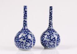Paar Vasen. China, 20. Jh. Porzellan. Keulenform, auf blauem Grund Zweige mit Kirschblütende