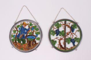 Zwei Fensterbilder. 20. Jh. Weinlese und Rebstock, farbig bemalt. Zinnarbeit aus der Werkstat