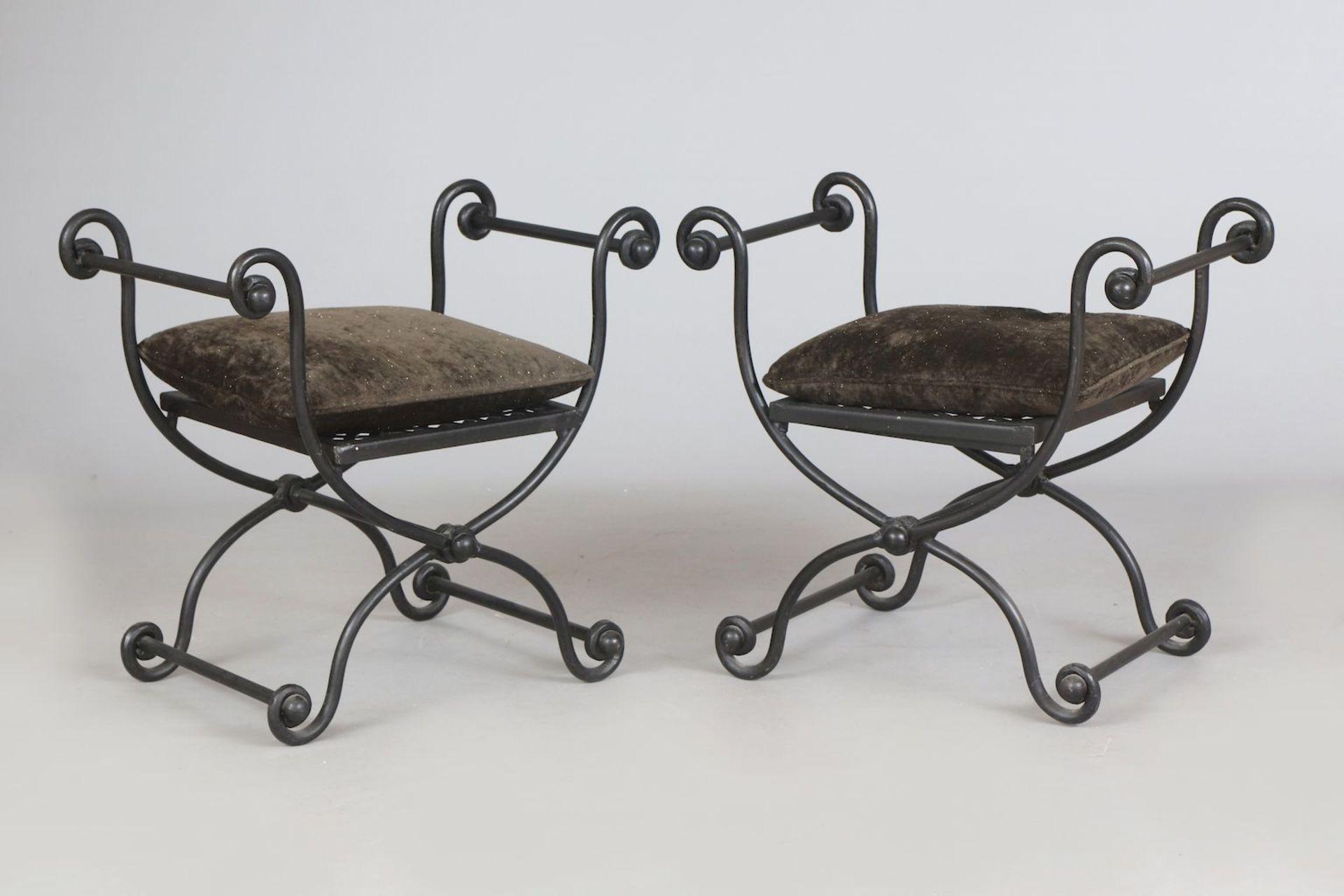 Paar Eisen-Gondeln/Hocker auf Scherenstand