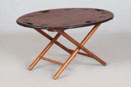 Sogenannter Tray-table (Tablett-Tisch) im englisch-maritimen Stil