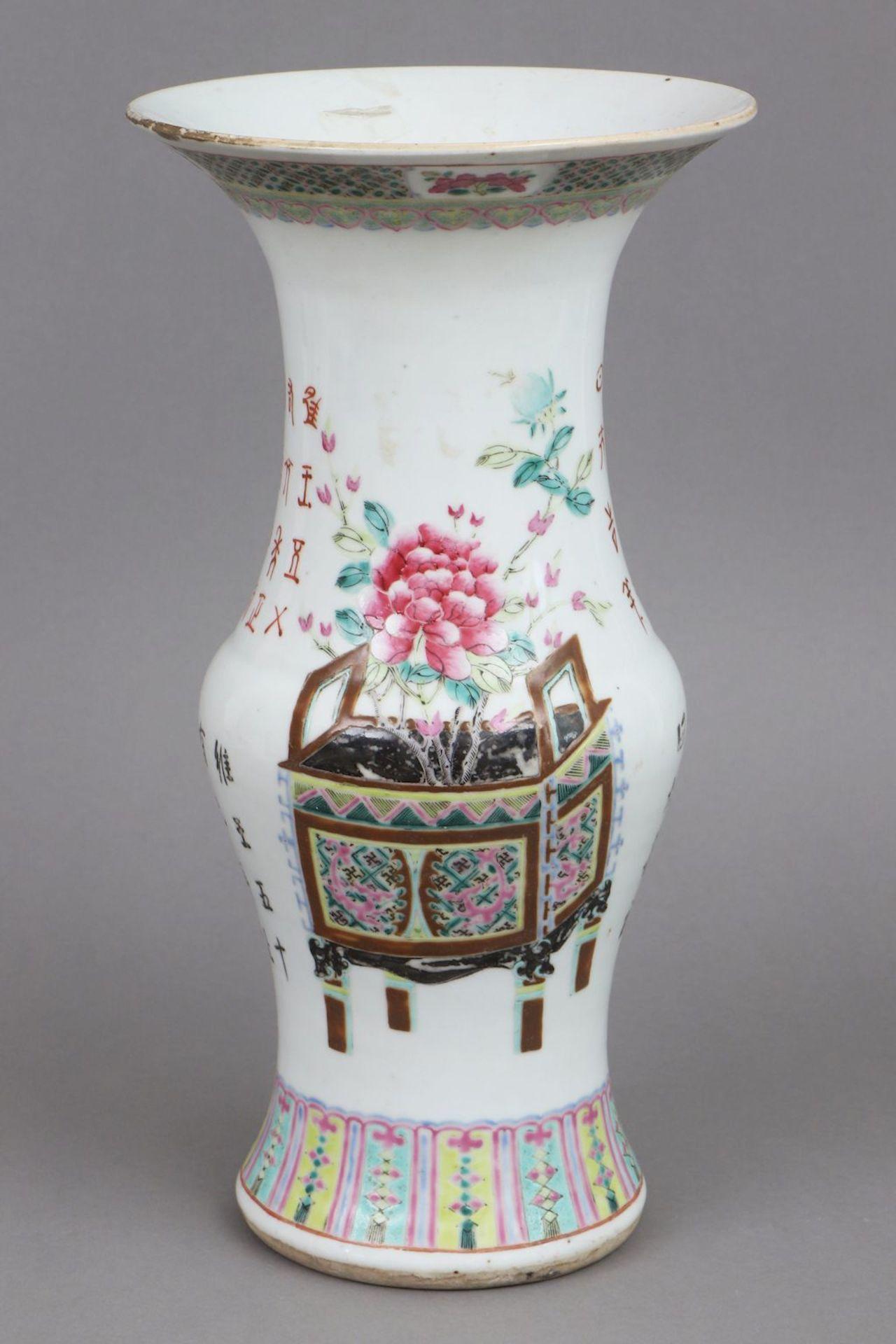 Chinesisches famille rose Vasengefäß in Zun-Form