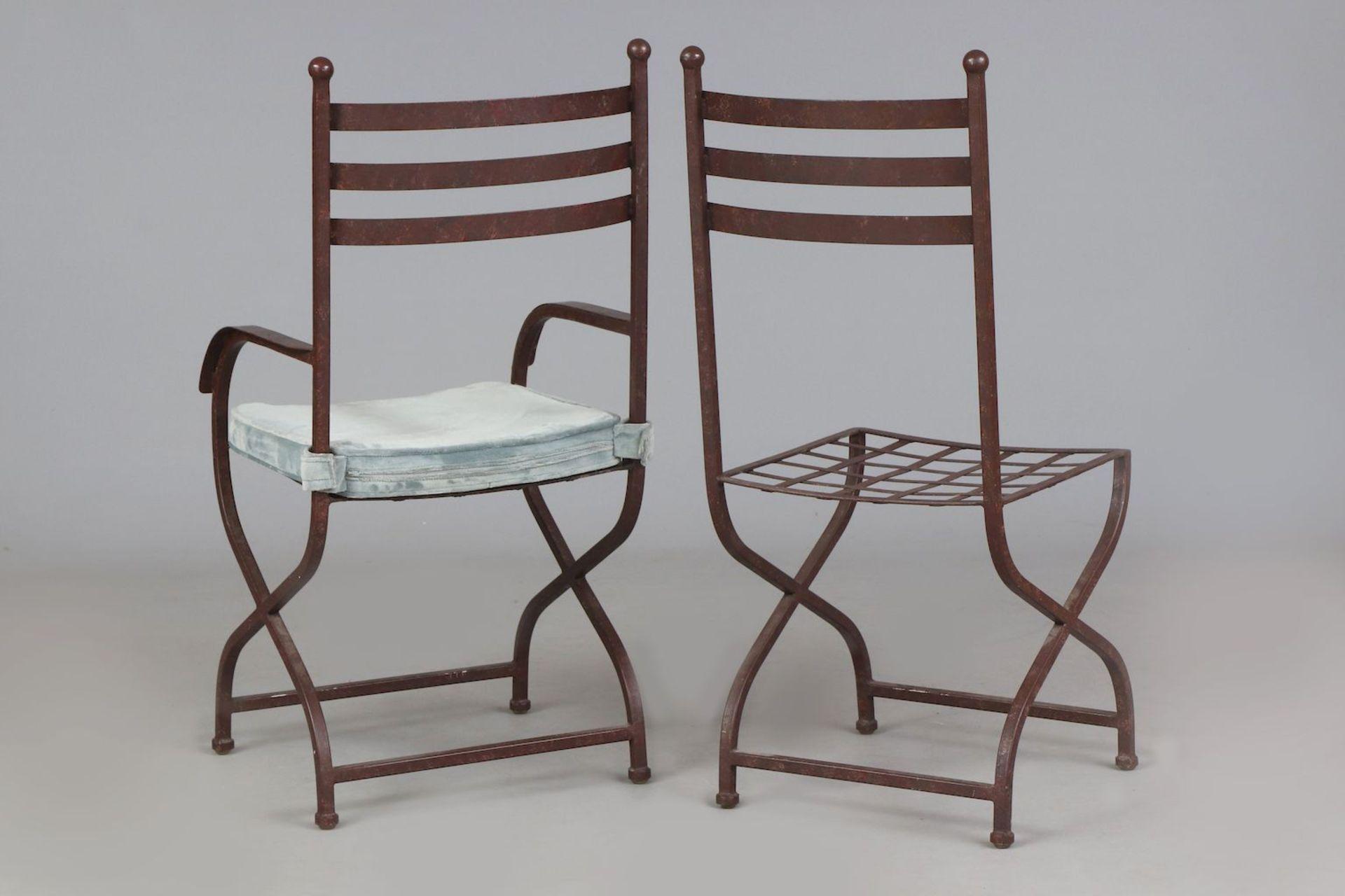 6 Eisenstühle auf Scherenstand (davon 2 Armlehner) - Image 4 of 5