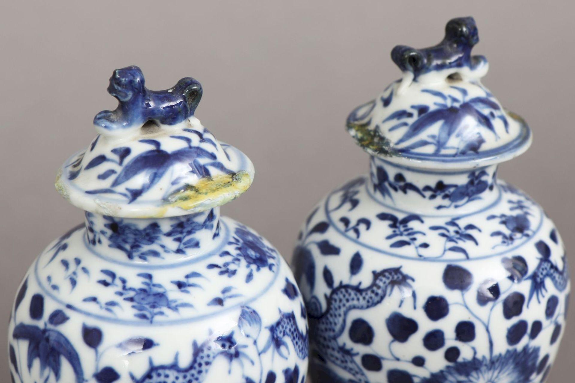 2 chinesische Deckelvasen mit Blaumalerei - Image 4 of 5