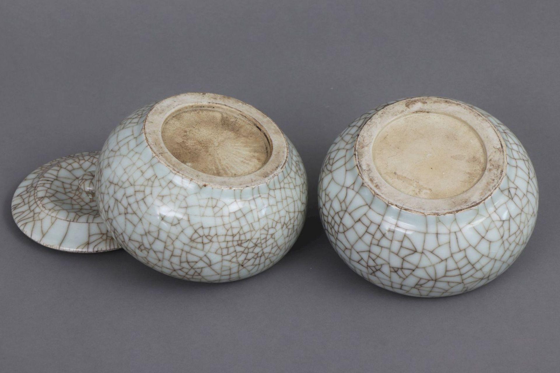 Paar chinesische Deckeldosen mit Seladon-Craqueleeglasur - Bild 4 aus 4