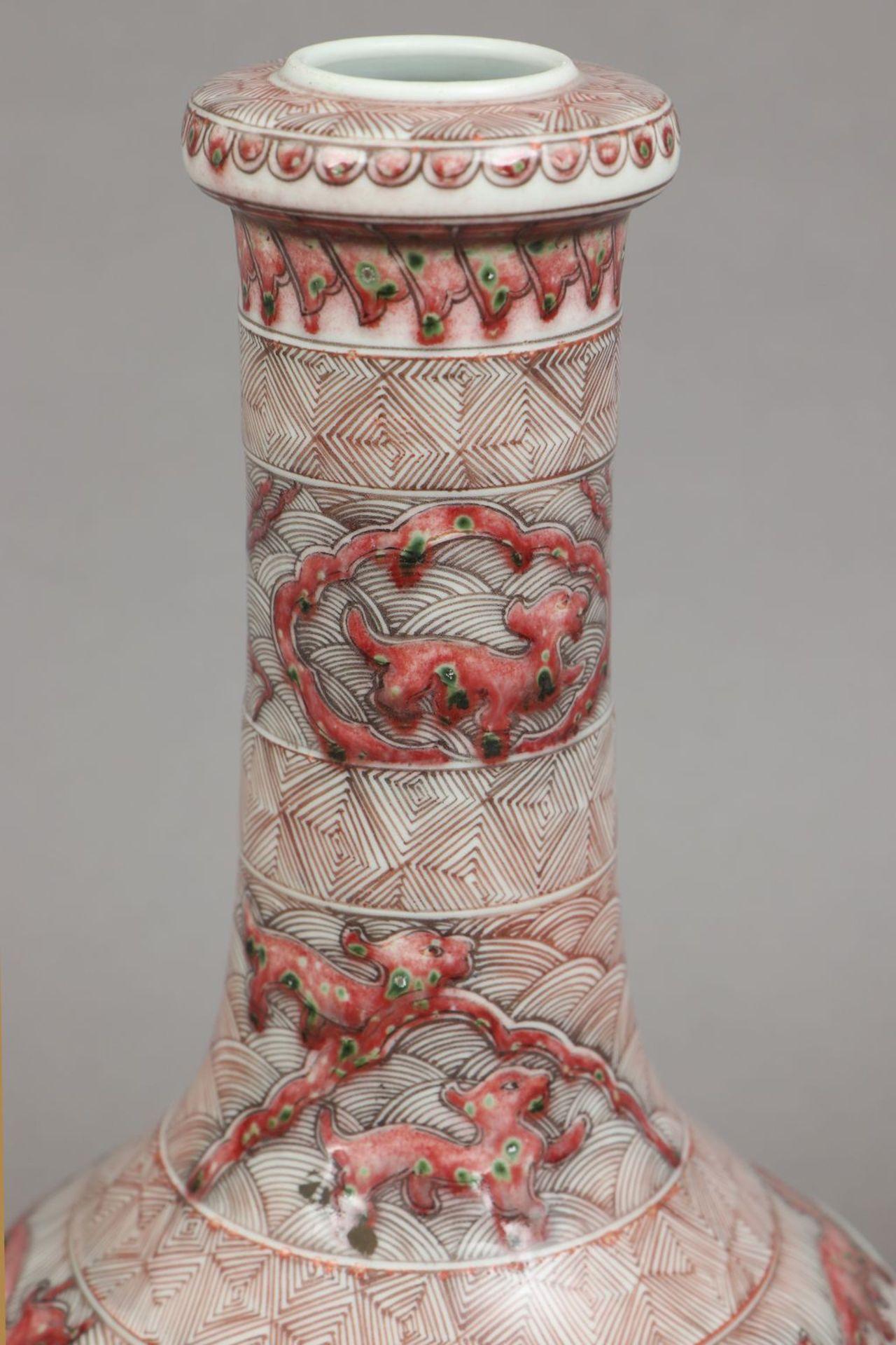 Chinesische Porzellanvase mit korallenrotem Drachendekor - Image 4 of 5