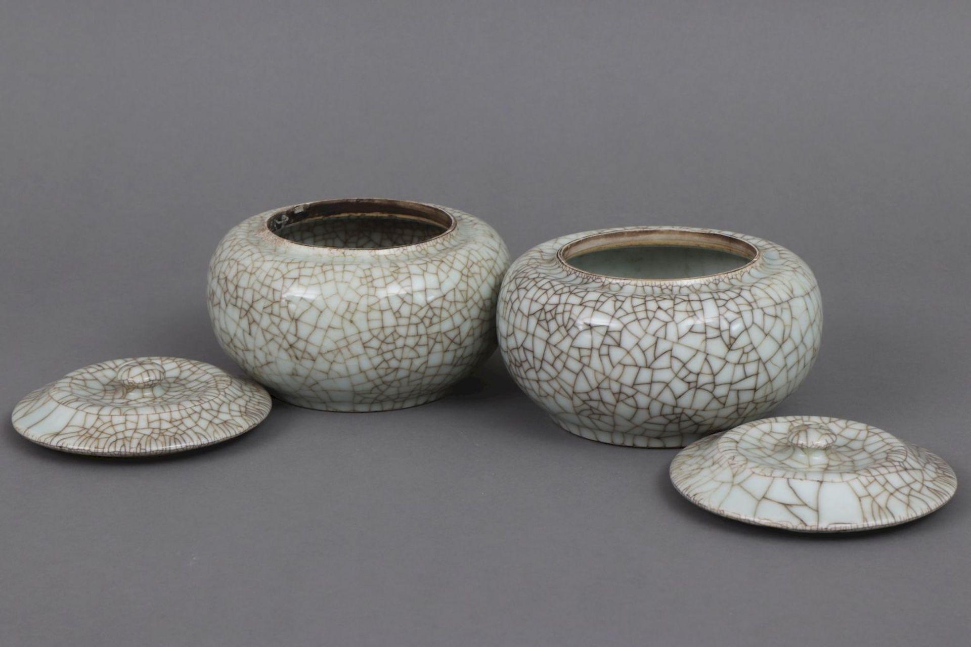 Paar chinesische Deckeldosen mit Seladon-Craqueleeglasur - Bild 3 aus 4