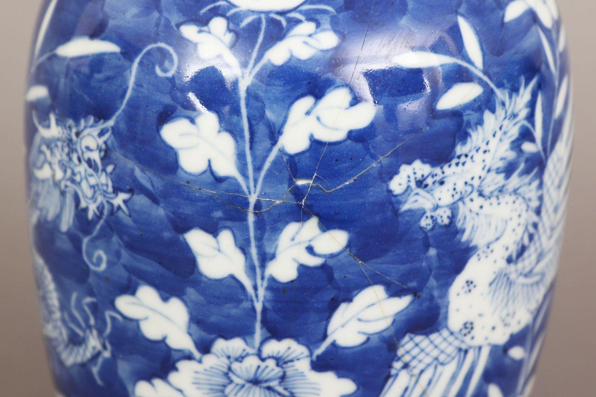 Chinesiches Deckelgefäß mit Blaumalerei ¨Drache und Phönix¨ - Image 4 of 4