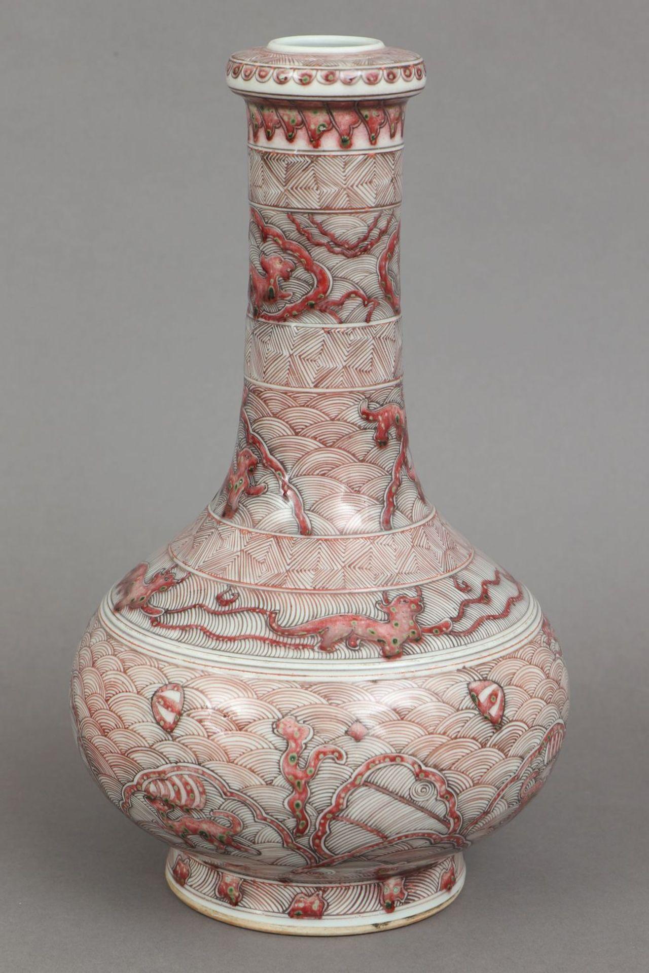 Chinesische Porzellanvase mit korallenrotem Drachendekor - Image 2 of 5