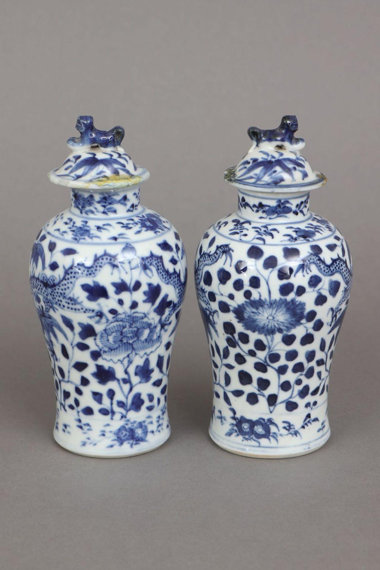 2 chinesische Deckelvasen mit Blaumalerei - Image 2 of 5