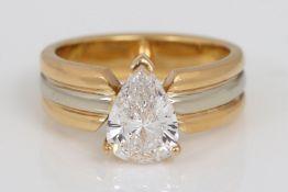 Ring mit tropfenförmigem Diamant