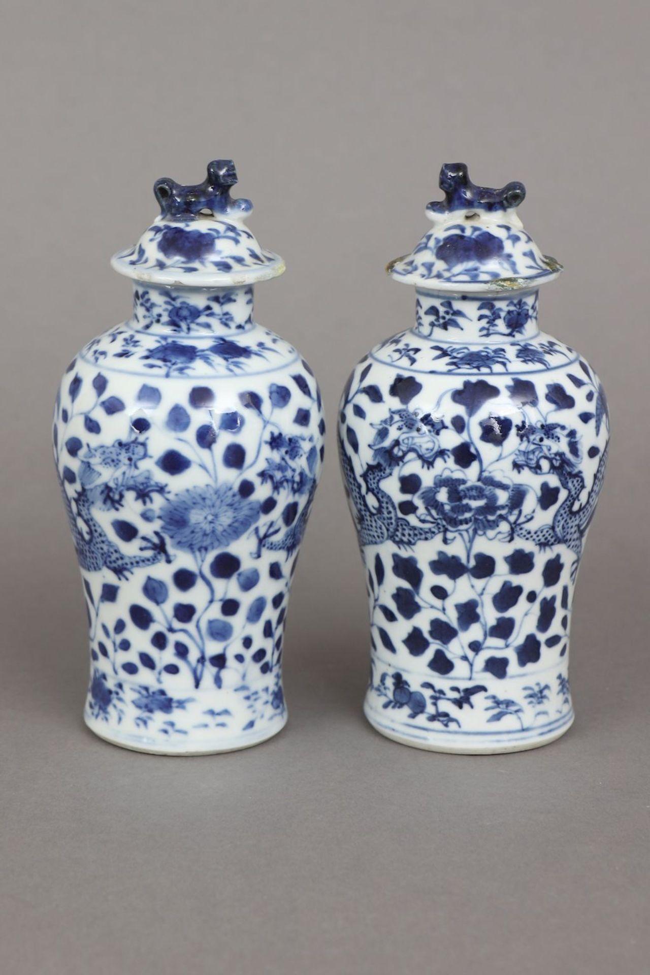 2 chinesische Deckelvasen mit Blaumalerei