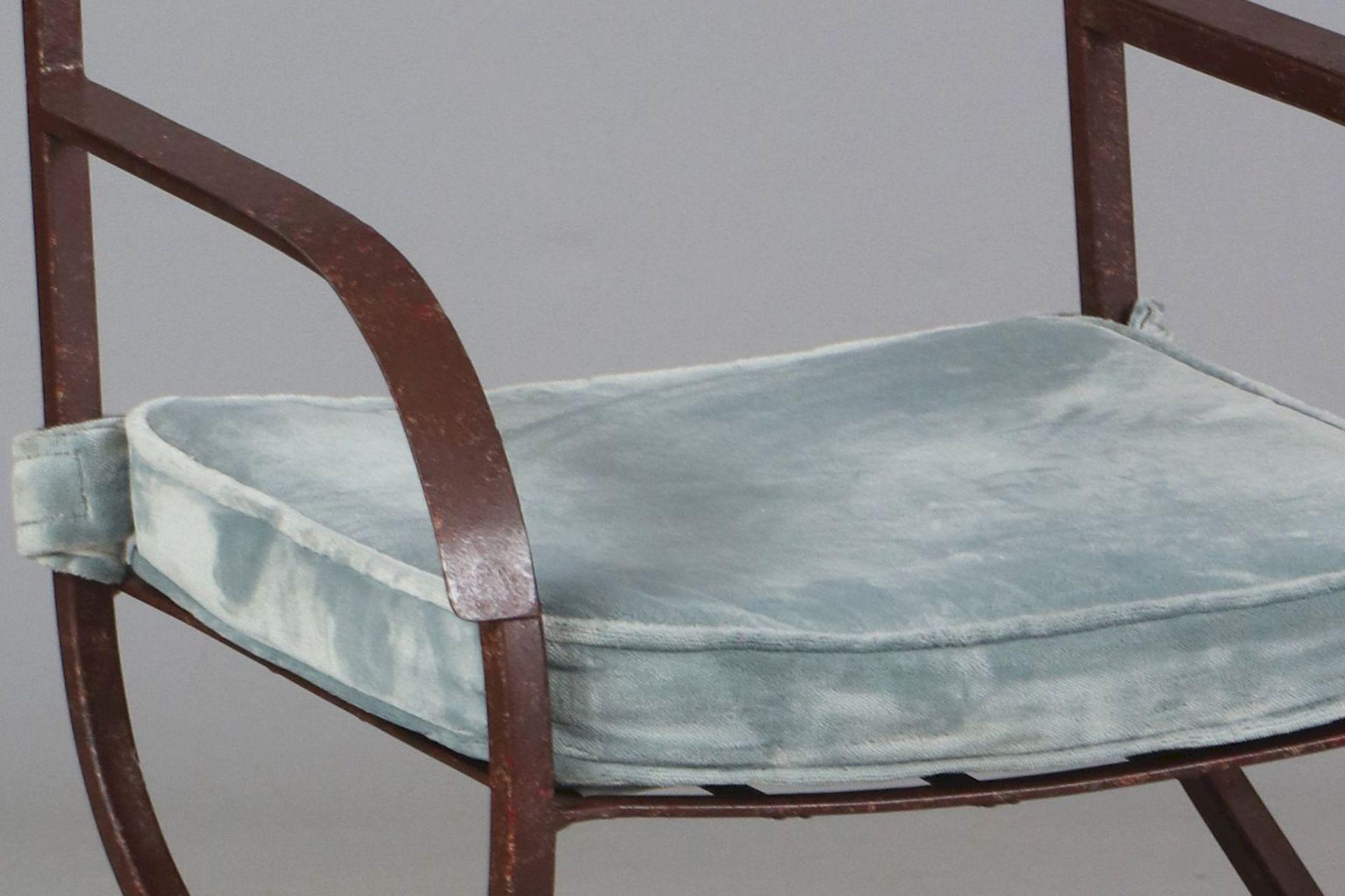 6 Eisenstühle auf Scherenstand (davon 2 Armlehner) - Image 5 of 5