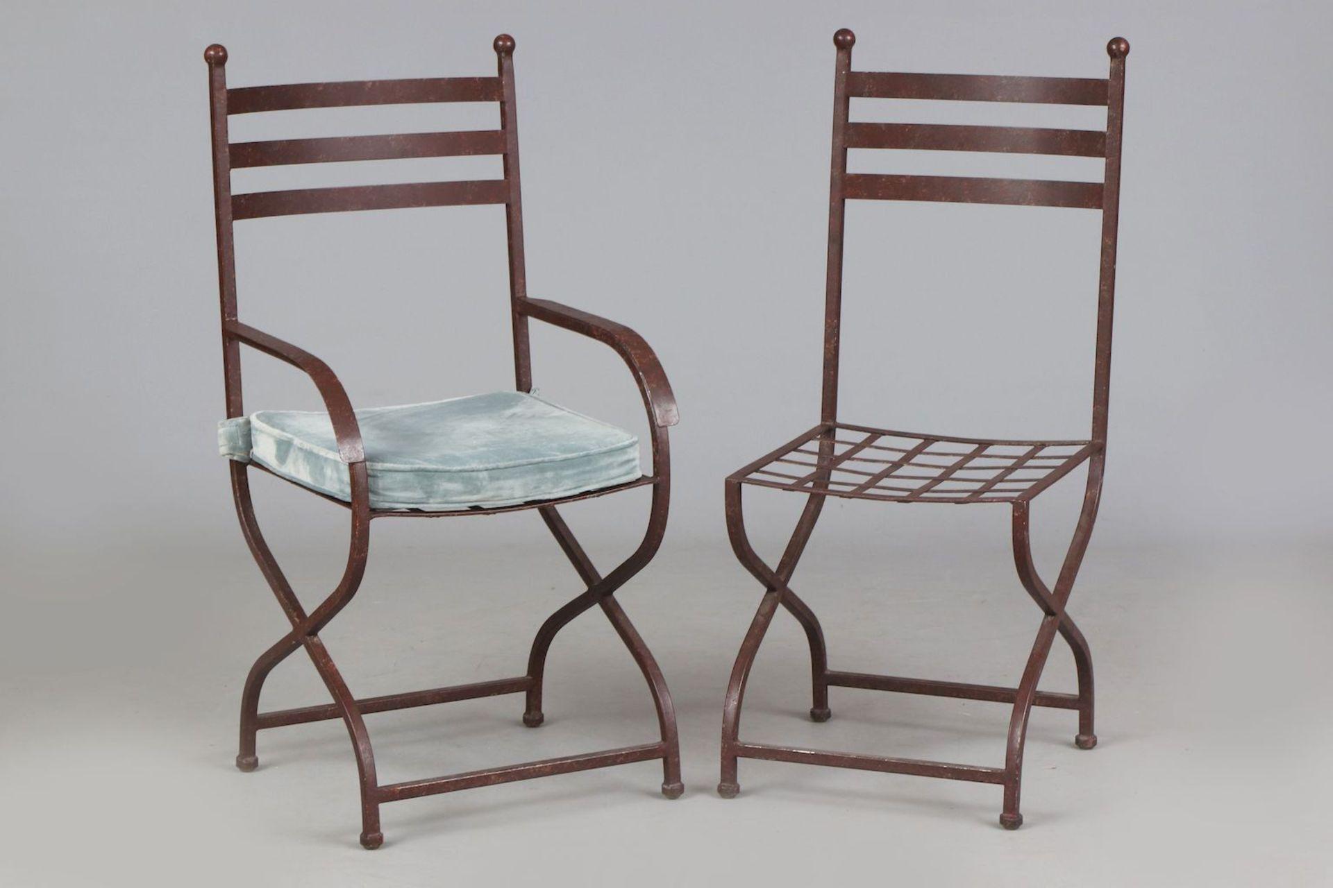 6 Eisenstühle auf Scherenstand (davon 2 Armlehner) - Image 3 of 5