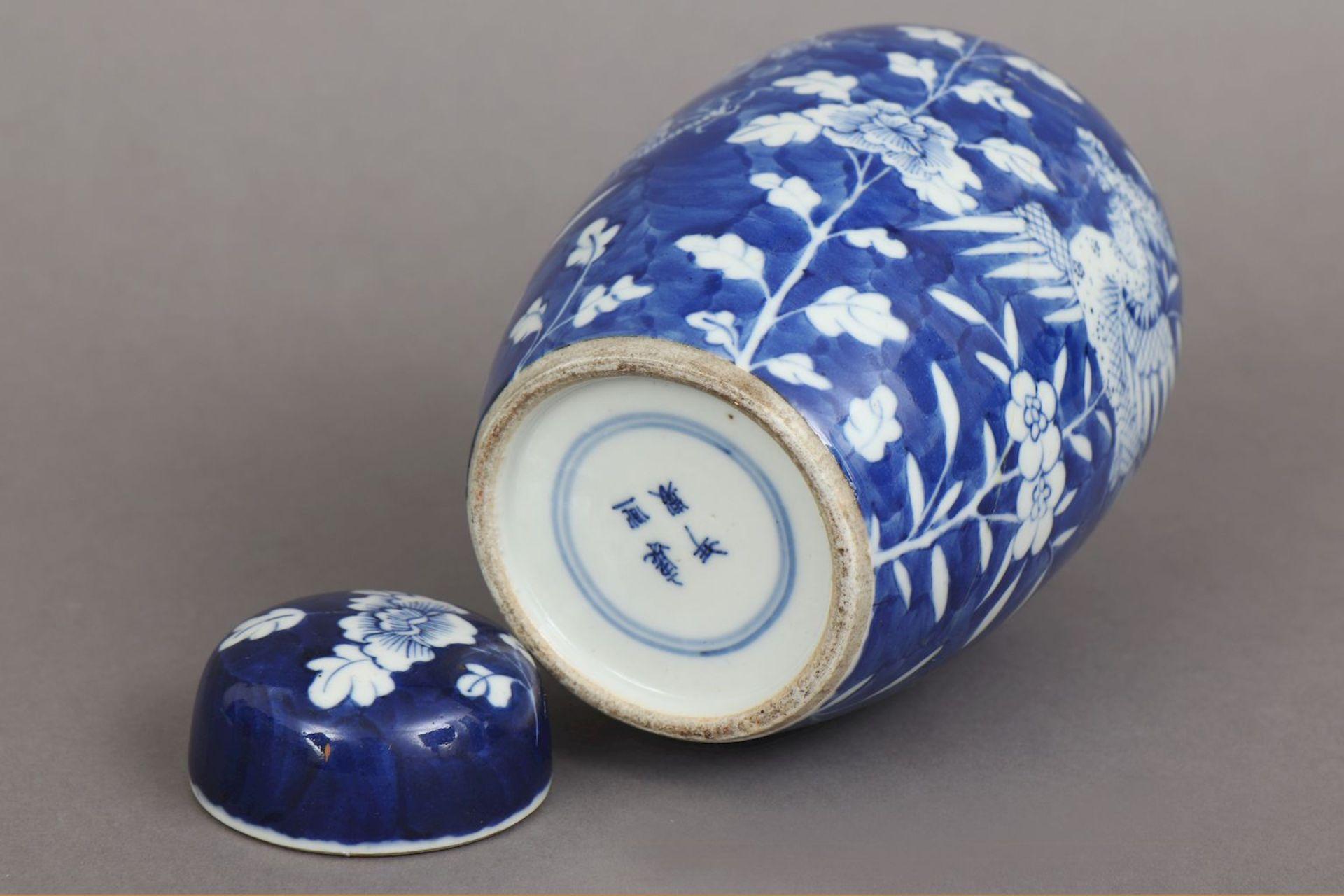 Chinesiches Deckelgefäß mit Blaumalerei ¨Drache und Phönix¨ - Image 3 of 4
