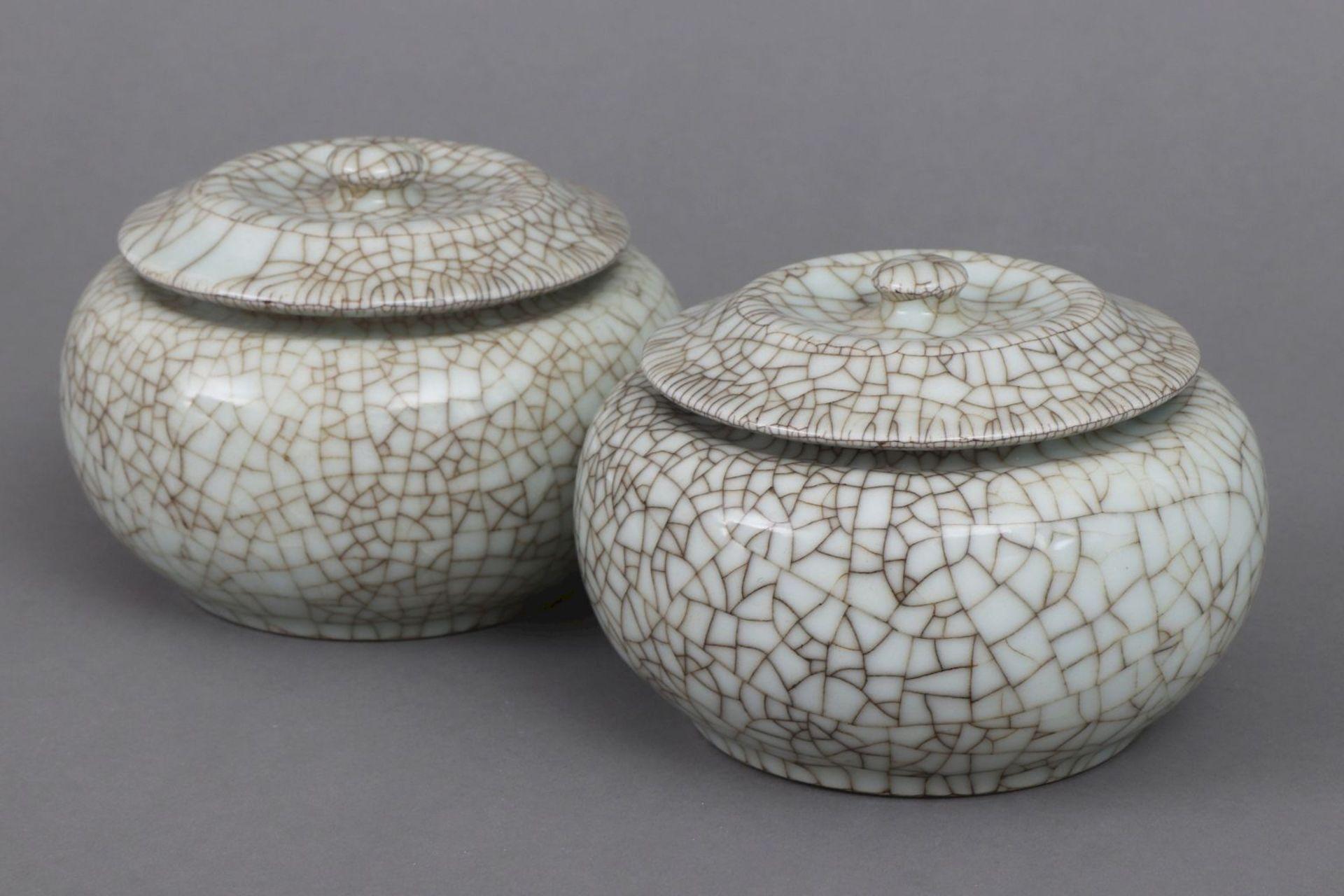 Paar chinesische Deckeldosen mit Seladon-Craqueleeglasur
