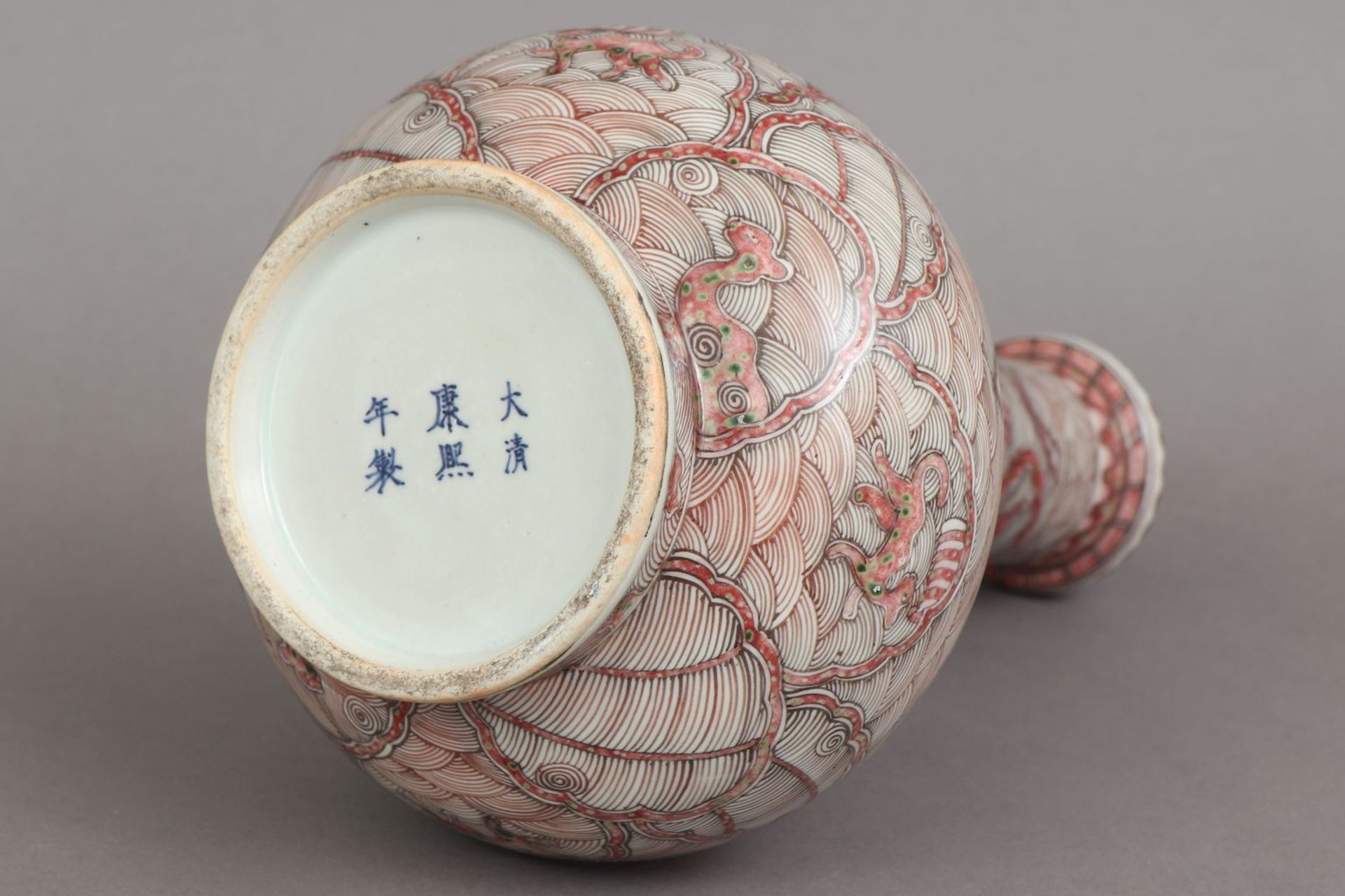 Chinesische Porzellanvase mit korallenrotem Drachendekor - Image 5 of 5