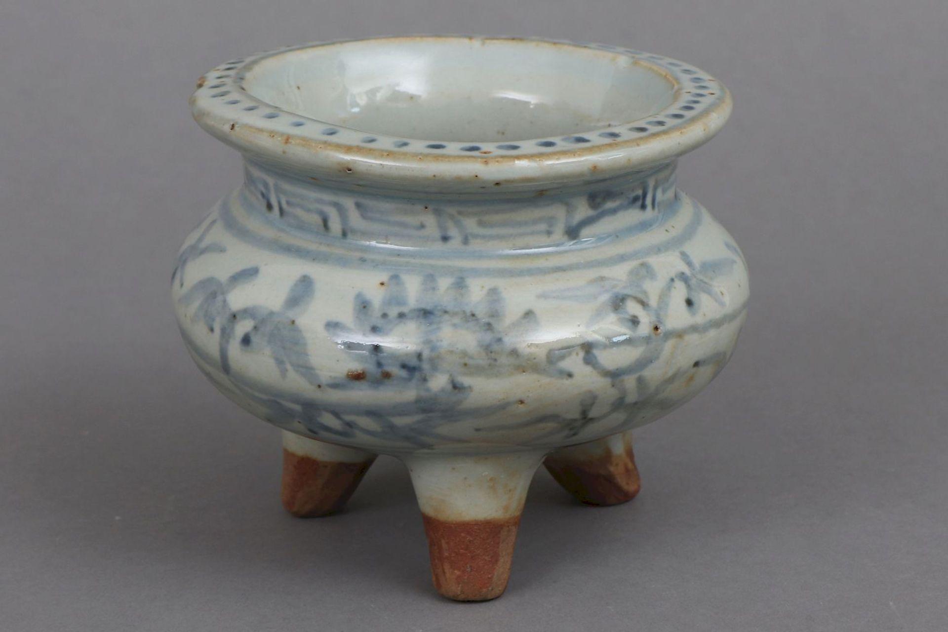 Chinesisches 3-Fuß-Gefäß/¨Ding¨ mit Blaumalerei - Image 2 of 3