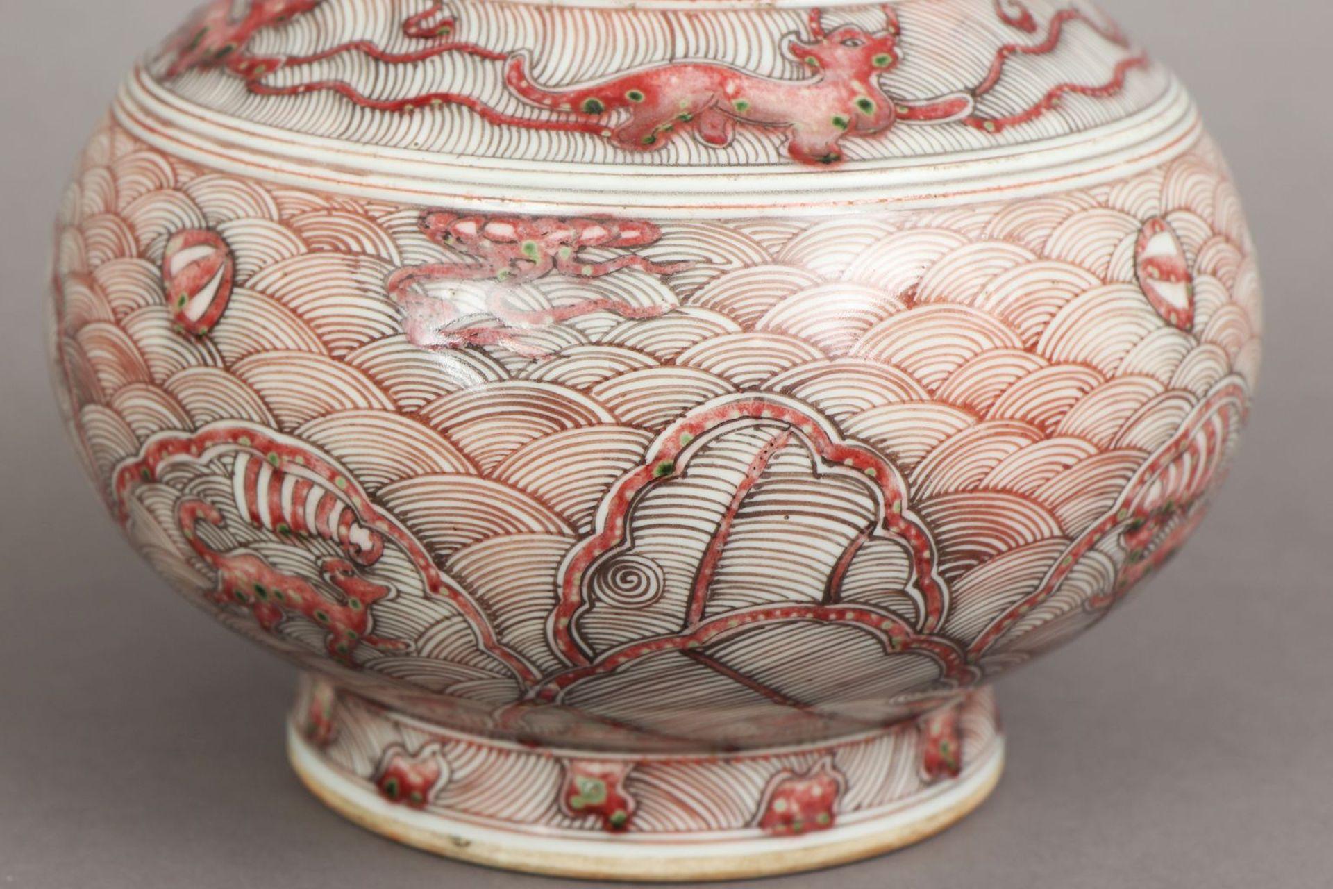 Chinesische Porzellanvase mit korallenrotem Drachendekor - Image 3 of 5