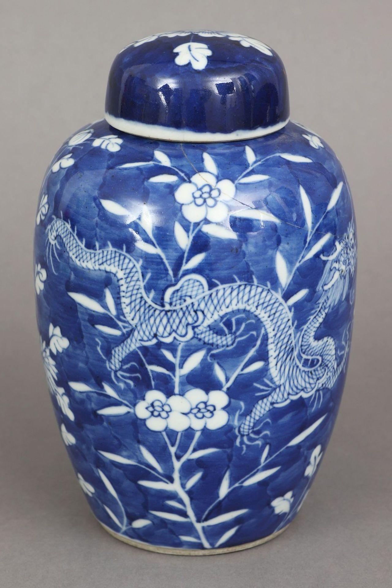 Chinesiches Deckelgefäß mit Blaumalerei ¨Drache und Phönix¨ - Image 2 of 4