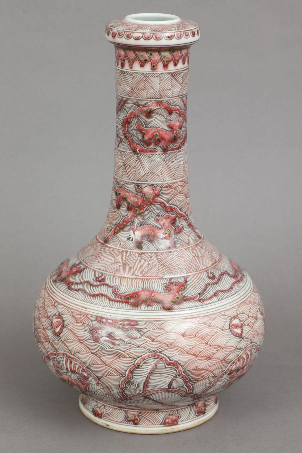 Chinesische Porzellanvase mit korallenrotem Drachendekor