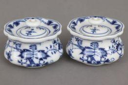 2 MEISSEN Tintenfäßchenum 1850-1924, unterglasurblaues ¨Zwiebelmuster¨-Dekor, bauchiger, welliger