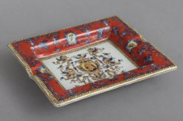 Porzellan Tischascher im Stile Hermèshistorisierendes Druckdekor mit karminrotem Fond, am Boden