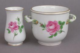 2 Porzellanteile MEISSEN Cachepot und Vase2. Hälfte 20. Jahrhunderts, Form ¨Neuer Ausschnitt¨, ¨Rote