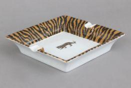 Porzellan Aschenbecher mit Tiger-Motivikungemarkt, eckige Form mit 2 seitlichen Zigarettenmulden,
