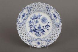 MEISSEN Gitterteller1850-1924, Form ¨Neuer Ausschnitt¨, unterglasurblaues ¨Zwiebelmuster¨-Dekor,