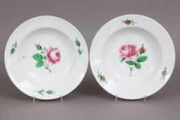 Paar MEISSEN Teller1. Hälfte 19. Jahrhunderts, tiefe Form mit glattem Rand, im Spiegel und auf der