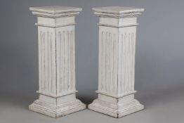 Paar hell gefasste Holzsäulen im gustavianischen Stil