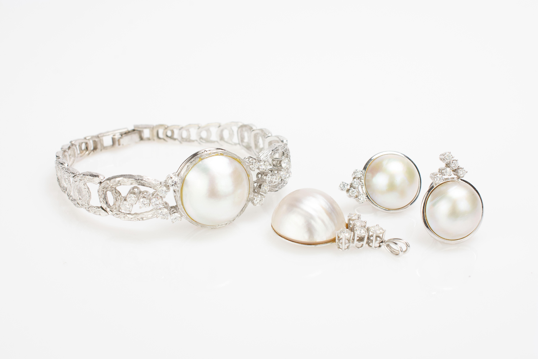 Schmuckset mit Mabé-Perlen und Brillantbesatz