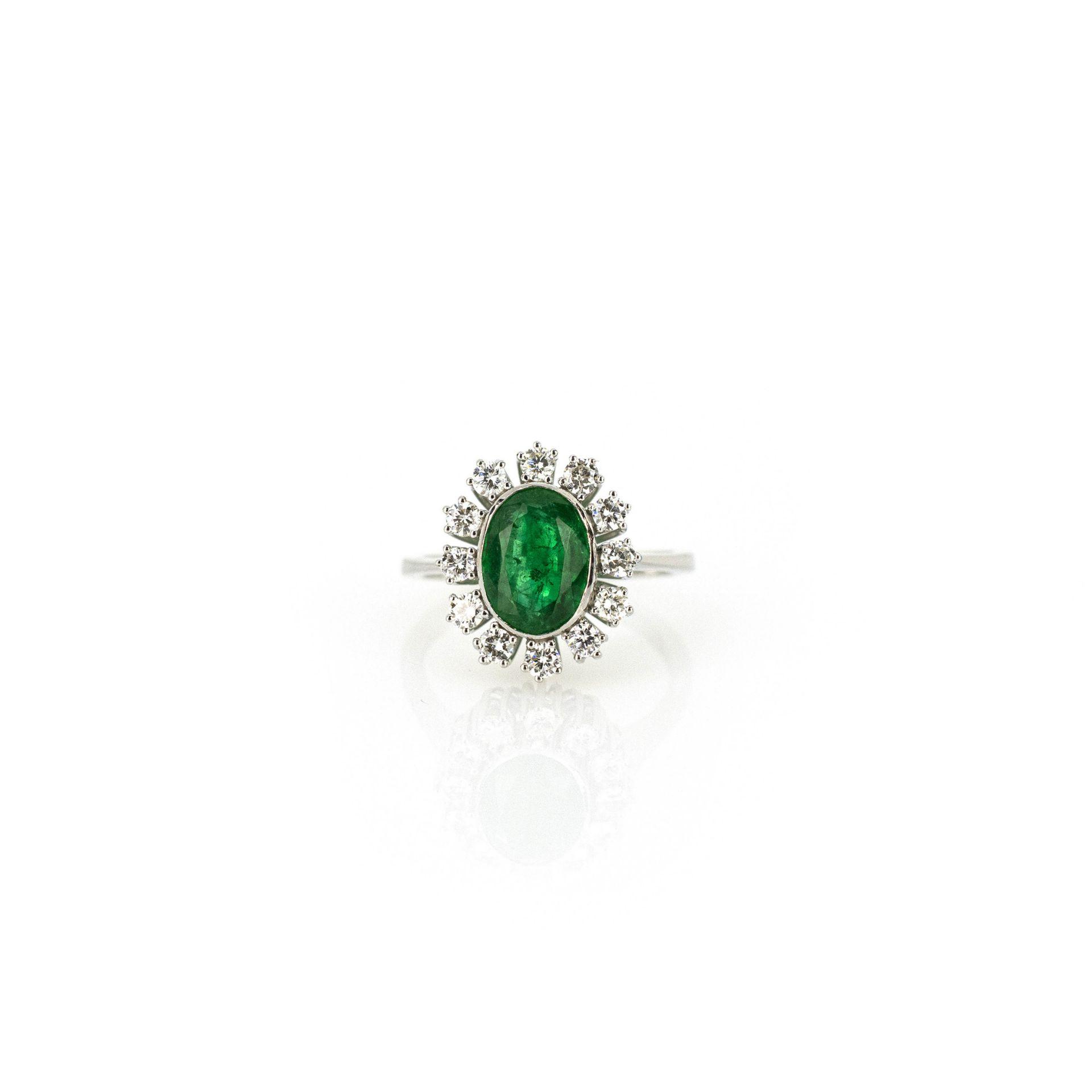 Entourage-Ring mit zentralem Smaragd