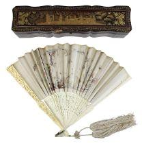 Chinesischer Fächer mit Seide und Elfenbein, im originalen Lacketui, China um 1900, Faltfächer mit
