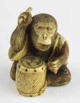 Japanischer Miniatur-Okimono aus Elfenbein, trommelnder Affe, 19 Jh., fein geschnitzte Figur,