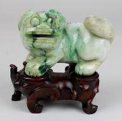 Chinesischer Fo-Hund, aus einem Stück grünweiß marmorierter Jade geschnitzt, L 10 cm, H 7,5 cm,