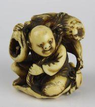Japanisches Elfenbein-Netsuke, 18 - 19 Jh., Reisbauer mit Krebs, im Boden geritzte Signatur,