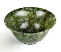 Chinesisches Jade-Koppchen, 1. H. 20. Jh., zartes dünnwandiges Schälchen aus olivgrün gefleckter,