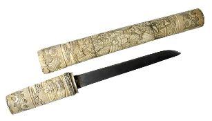 Tanto, Japan Meiji-Zeit, Scheide und Griff aus Bein, reich mit figürlichen Szenen beschnitzt, mit