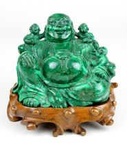 Malachit-Buddha / Glücksbuddha, China um 1950, aus einem Stück gemaserten Steins geschnitzter,